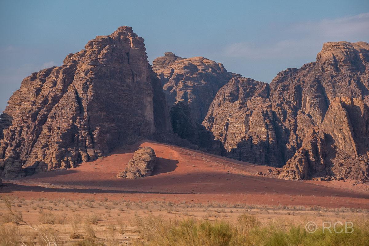 Felsen und roter Sand im Wadi Rum
