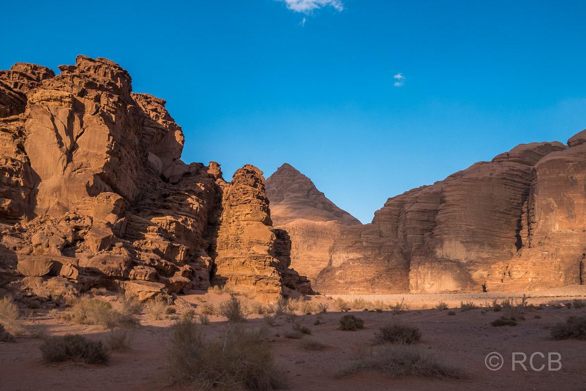 Abendsonne bescheint Felsen im Wadi Rum