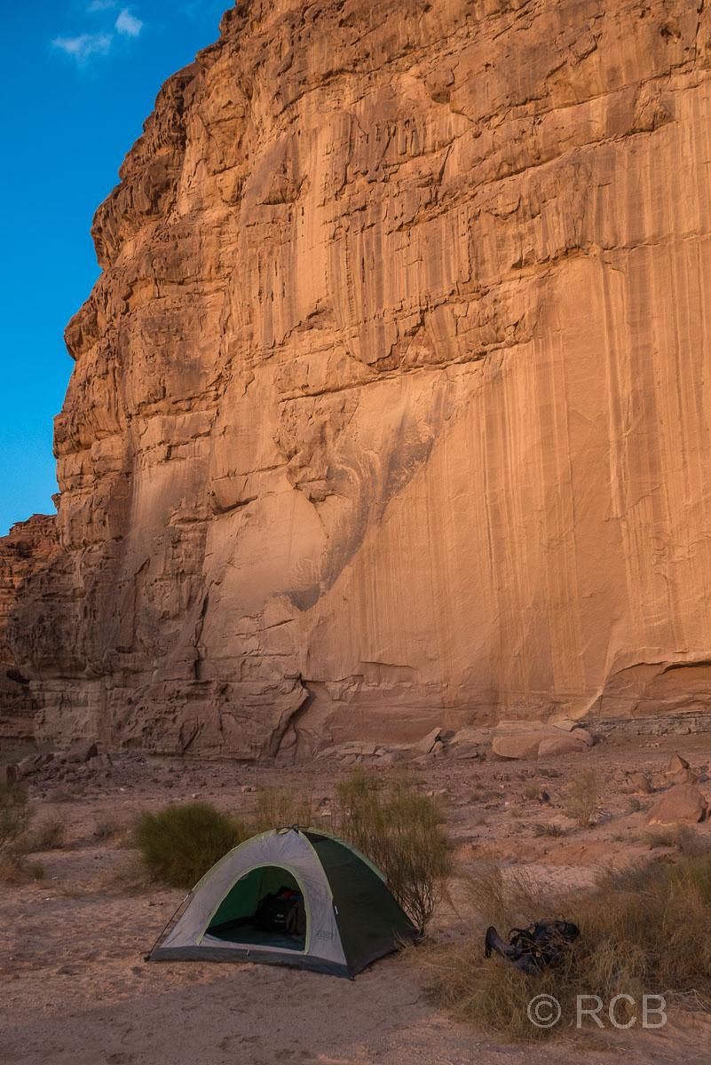 kleines Zelt vor hoher Felswand im Wadi Rum