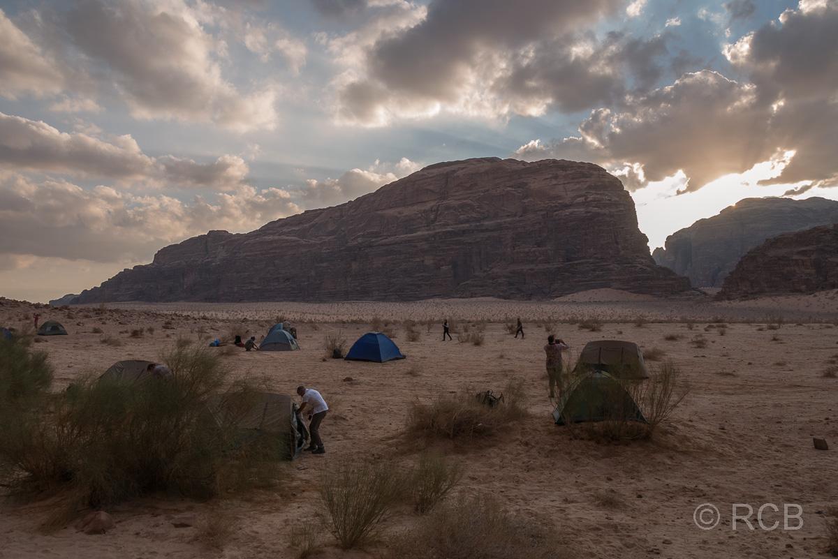 Wandergruppe bezieht ihre Zelte in einem Nachtlager im Wadi Rum
