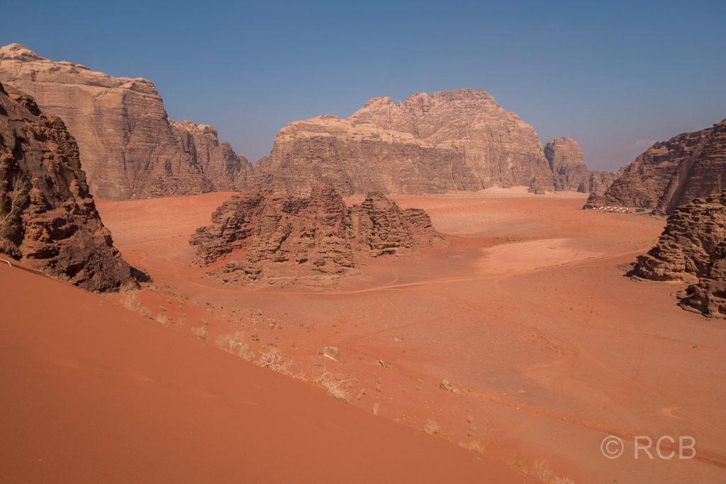 Blick von der höchsten Sanddüne des Wadi Rum auf die umgebende Landschaft