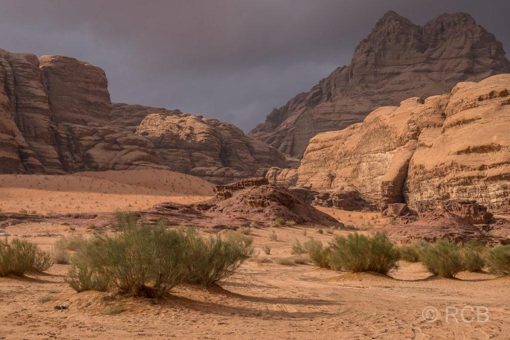 Felsen im Wadi Rum mit dunklen Wolken im Hintergrund