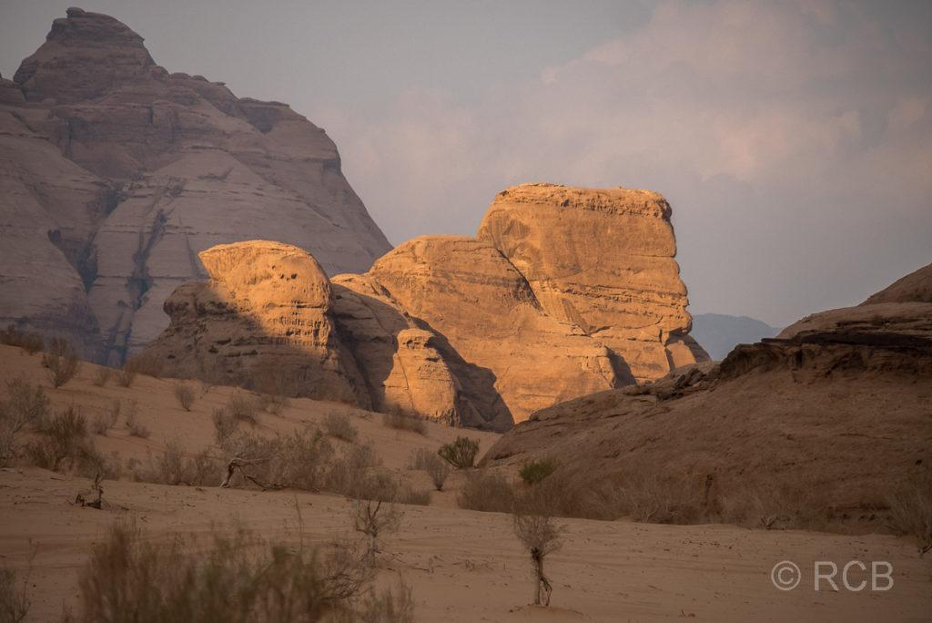 von der Sonne angestrahlter Fels im Wadi Rum