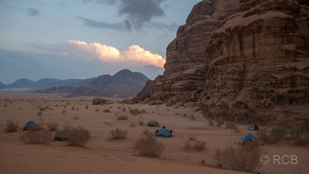 Zelte eines Nachtlagers im Wadi Rum am Abend