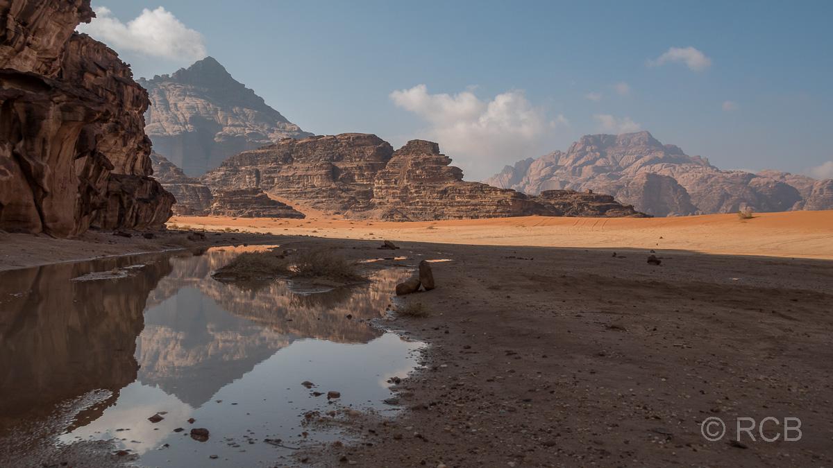 Pfütze im Wadi Rum nach nächtlichem Regen