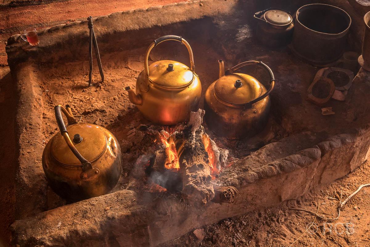 Teekessel auf einer offenen Feuerstelle im Wadi Rum