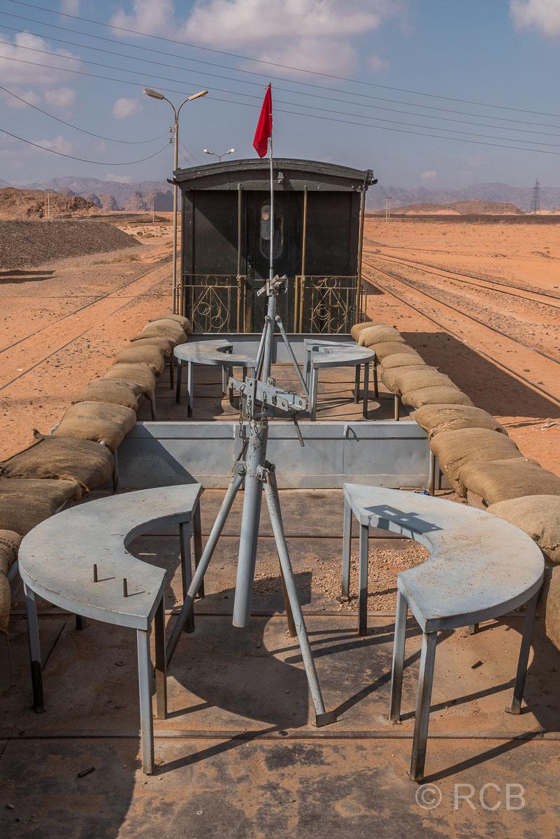 Wagen der Hedschasbahn am Rande des Wadi Rum mit Gestellen zur Positionierung von Gewehren