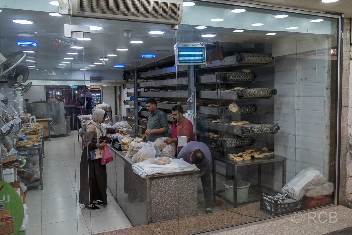 Bäckerei in Aqaba, in der Fladenbrot auf deinem Fließband gebacken wird