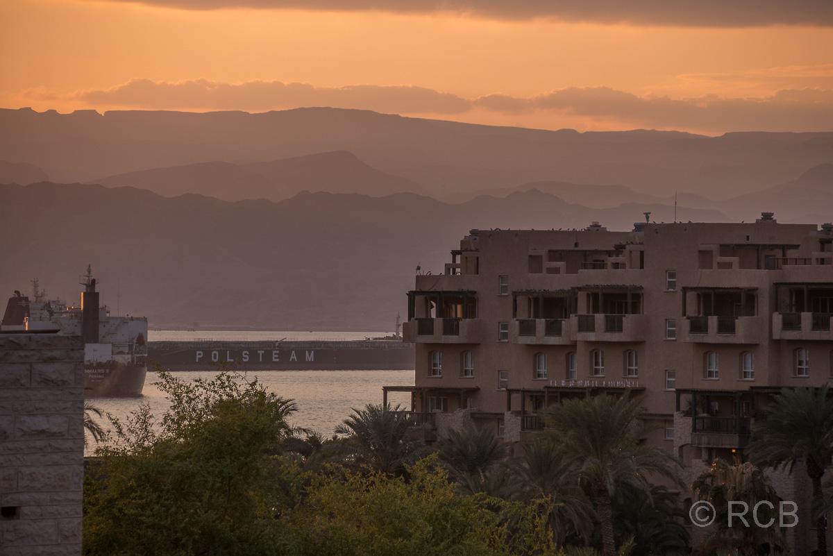 Sonnenuntergang über dem Roten Meer von einem Hotelbalkon in Aqaba aus