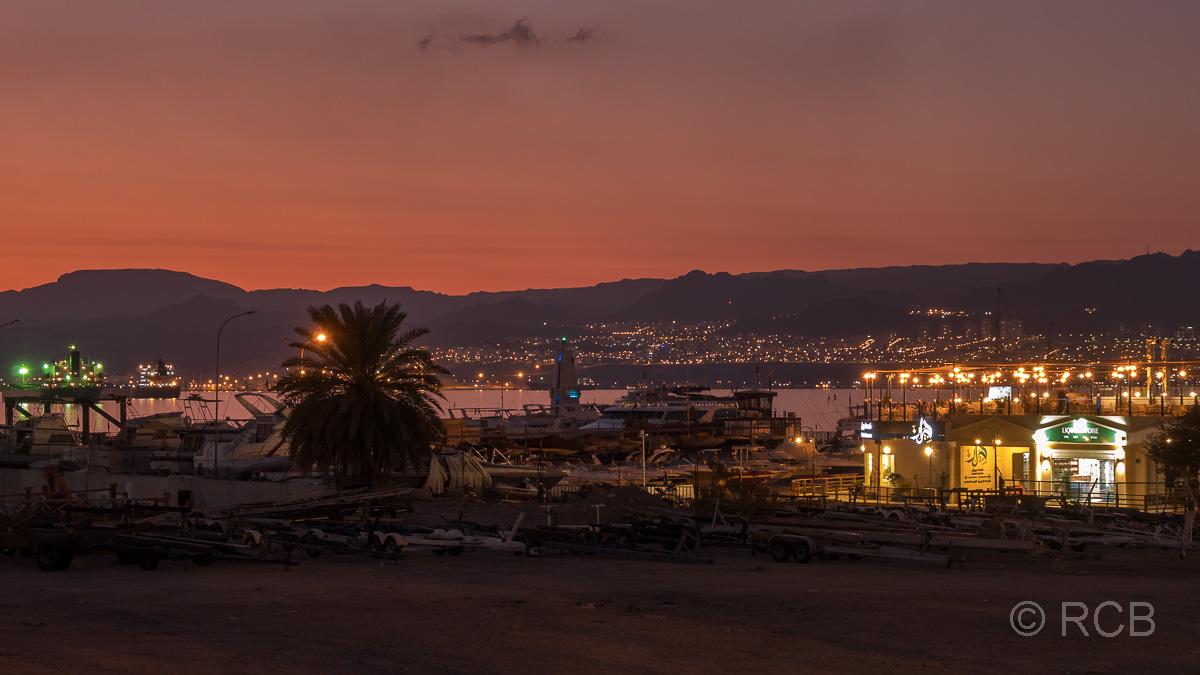 abendlicher Blick aus Aqaba über das Rote Meer Richtung Eilat in Israel