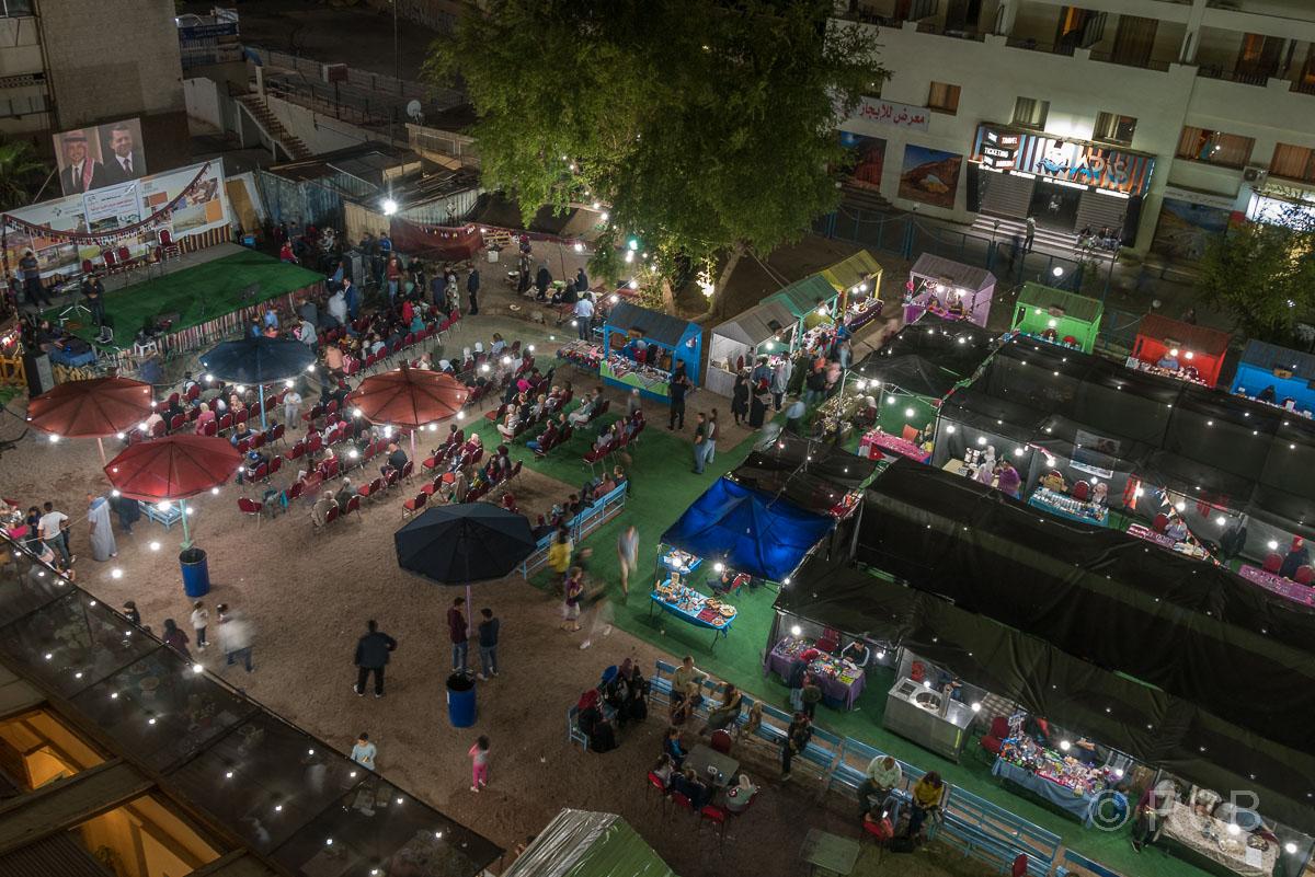 Blick aus der Vogelperspektive auf den Nachtmarkt von Aqaba