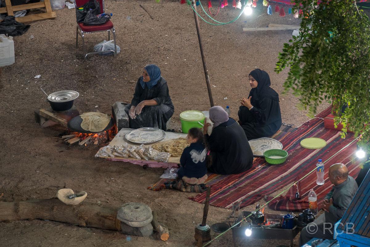 Frauen backen Fladenbrot auf dem Nachtmarkt in Aqaba