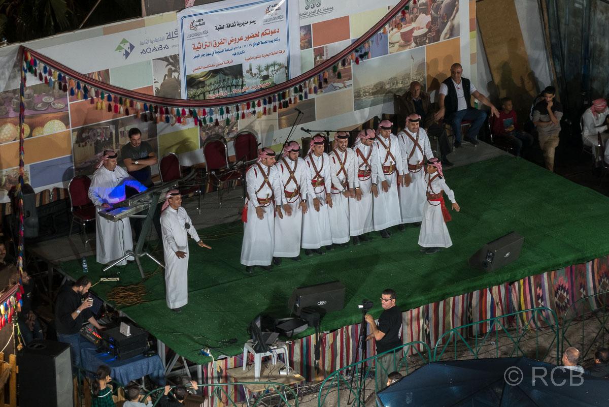 abendliche Folkloreshow auf dem Nachtmarkt in Aqaba