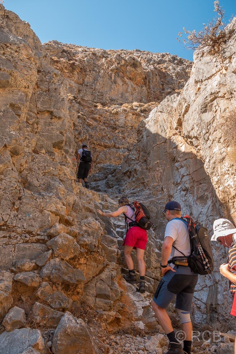 Wanderer erklettern Felsen in der Anopolis-Schlucht