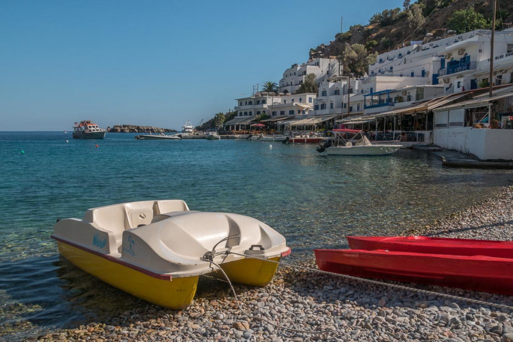 Tretboot am Strand in Loutro
