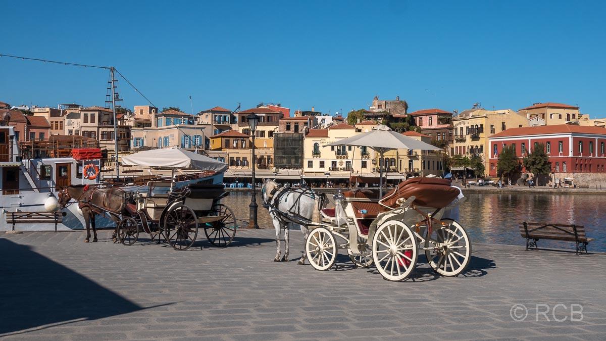 Chania, Kutschen warten auf Touristen am Hafen