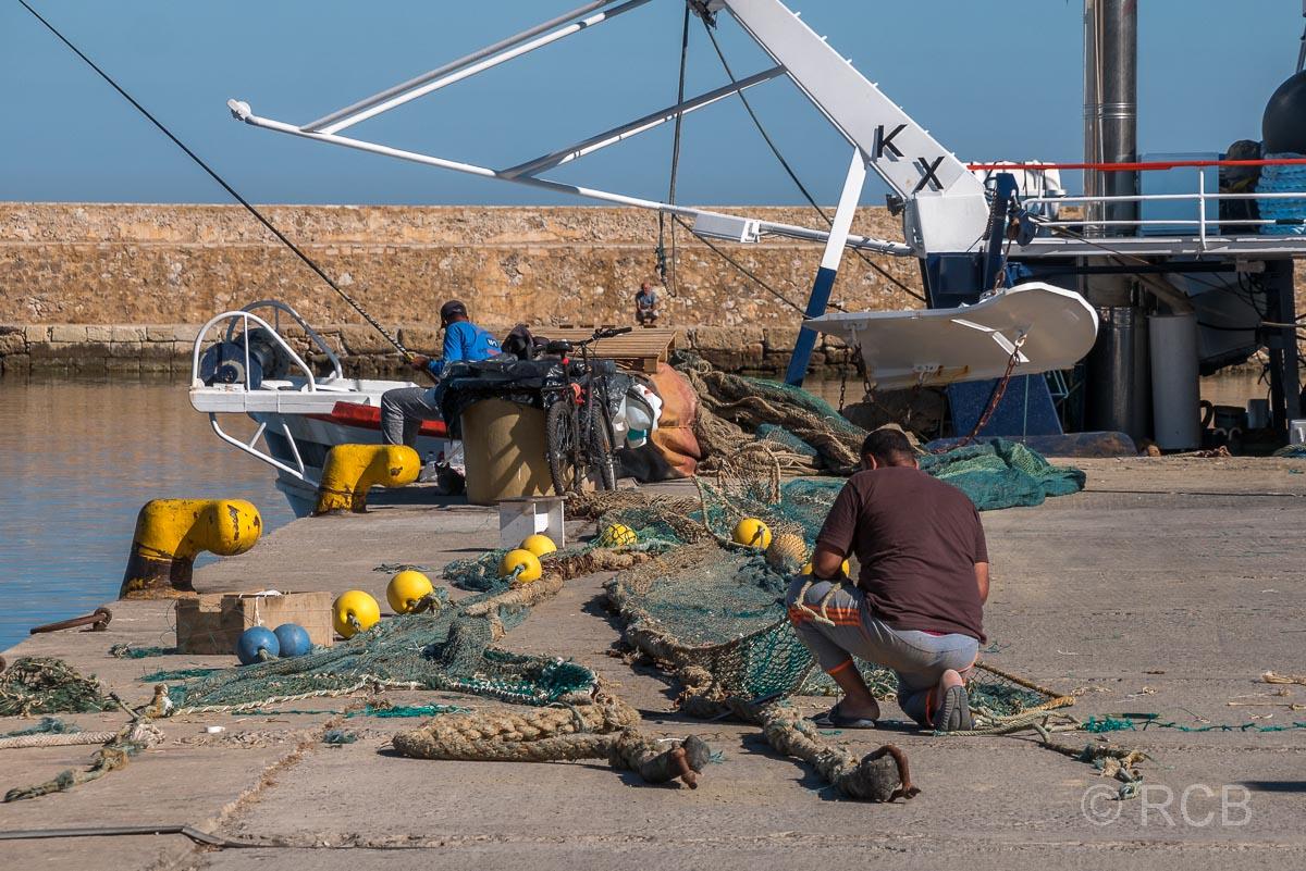 Chania, Fischer beim Flicken der Netze am Hafen