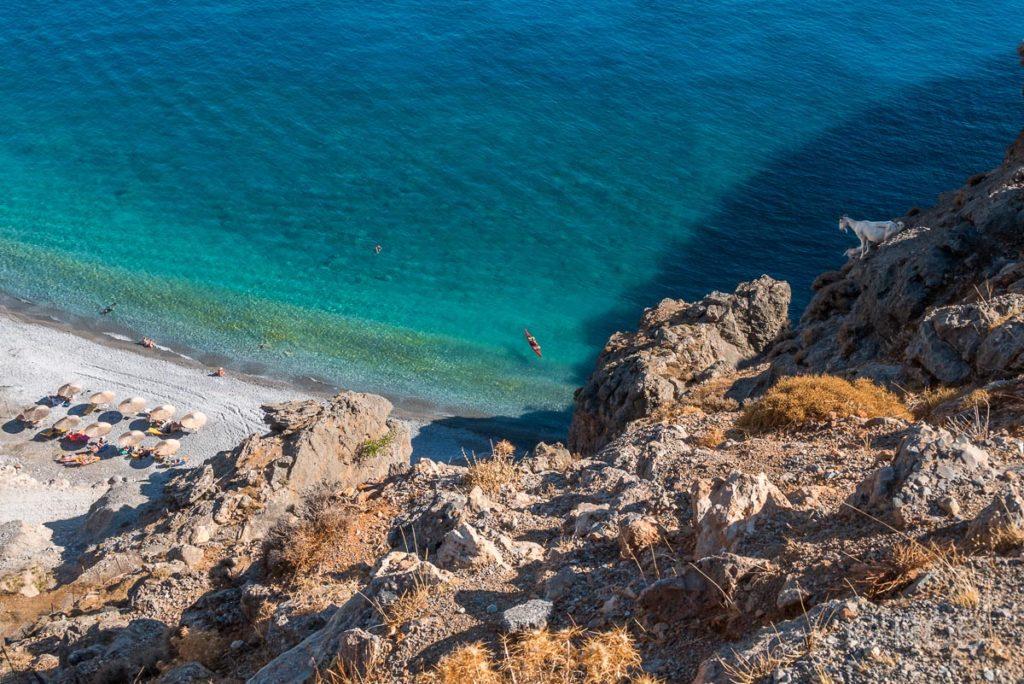 Blick von oben auf eine Bucht bei Chora Sfakion mit türkisblauem Wasser