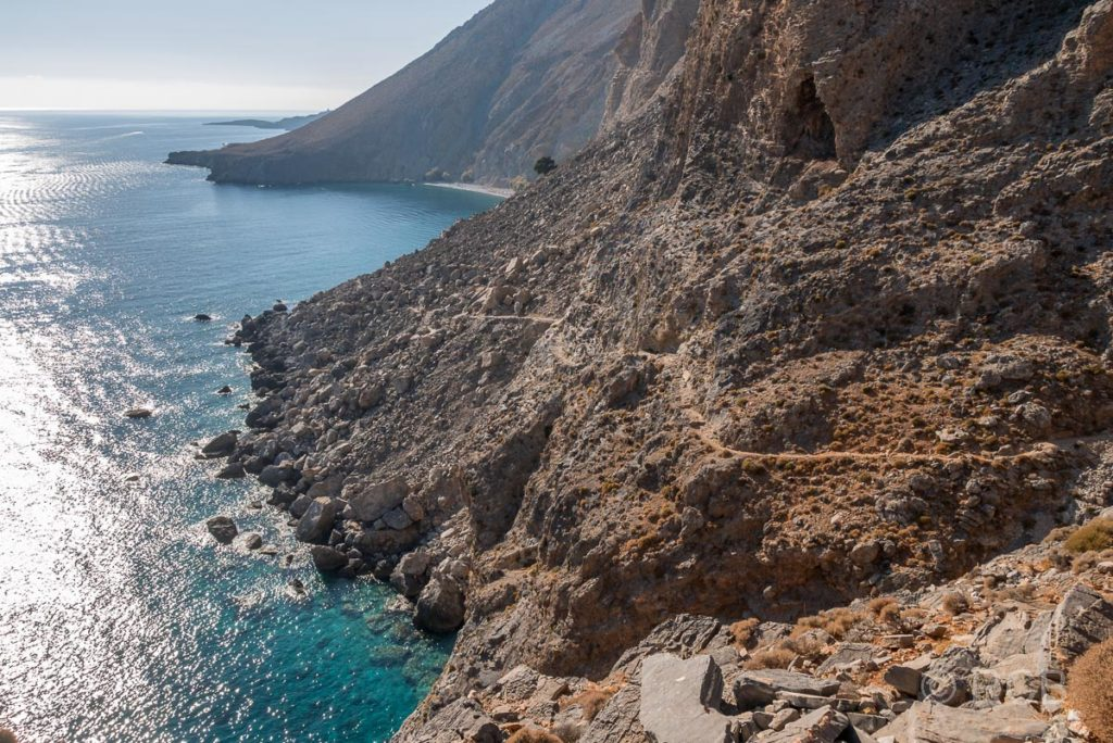 Blick auf die Felsküste mit dem Küstenpfad zum Sweetwater Beach