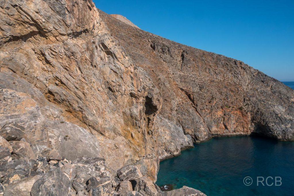 der Küstenpfad zum Sweetwater Beach schlängelt sich durch einen steilen Felsen