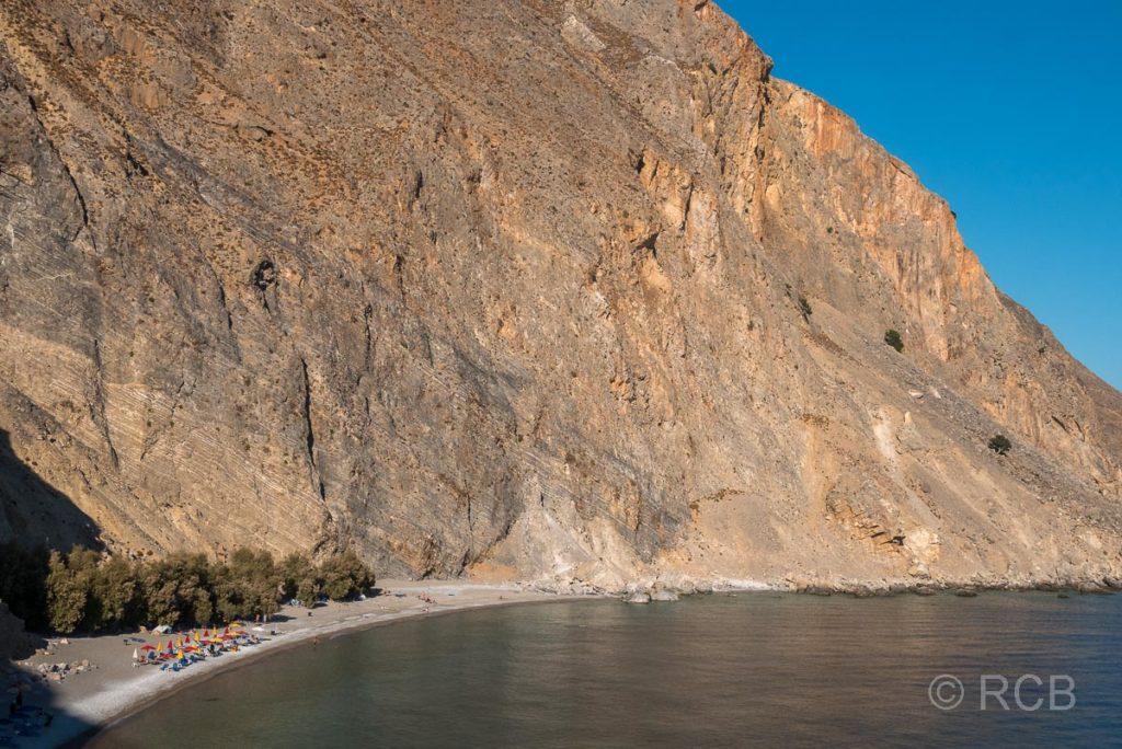 Sweetwater Beach unterhalb einer hohen Felswand