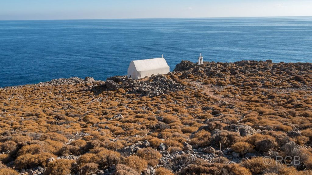 Kapelle am Weg mit weitem Blick aufs Meer