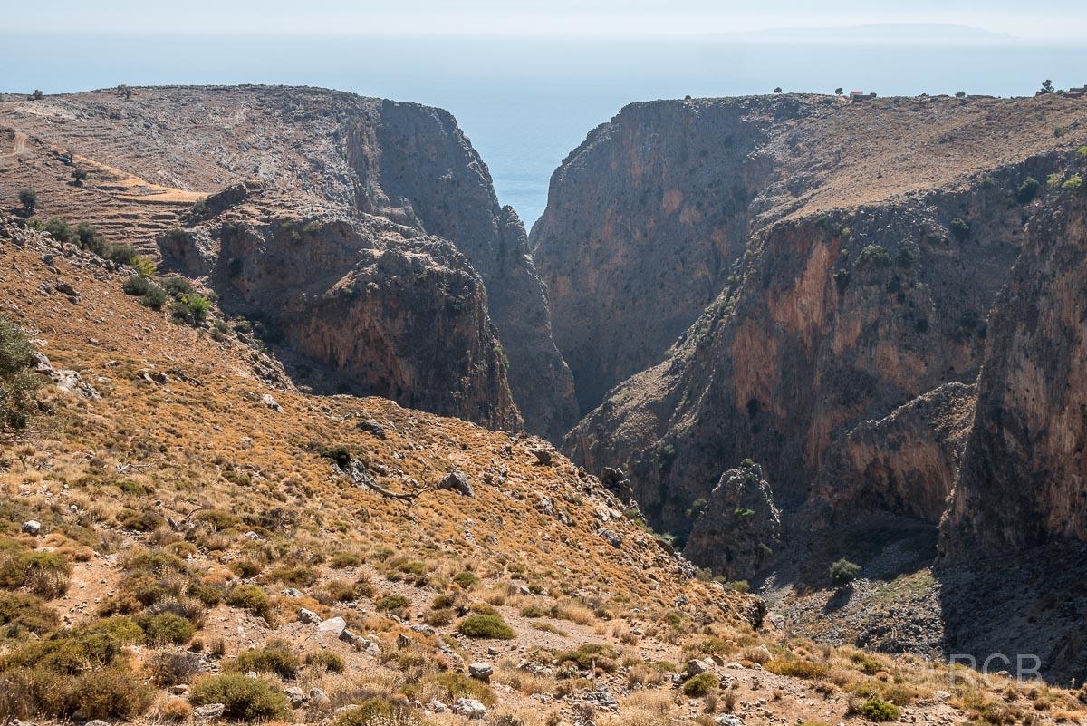 Blick von oben auf die Aradhena-Schlucht Richtung Meer