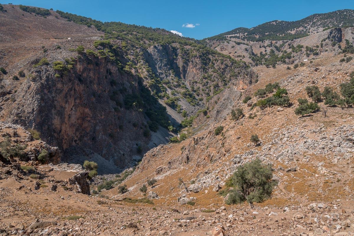 Blick von oben auf die Aradhena-Schlucht Richtung Inselinneres