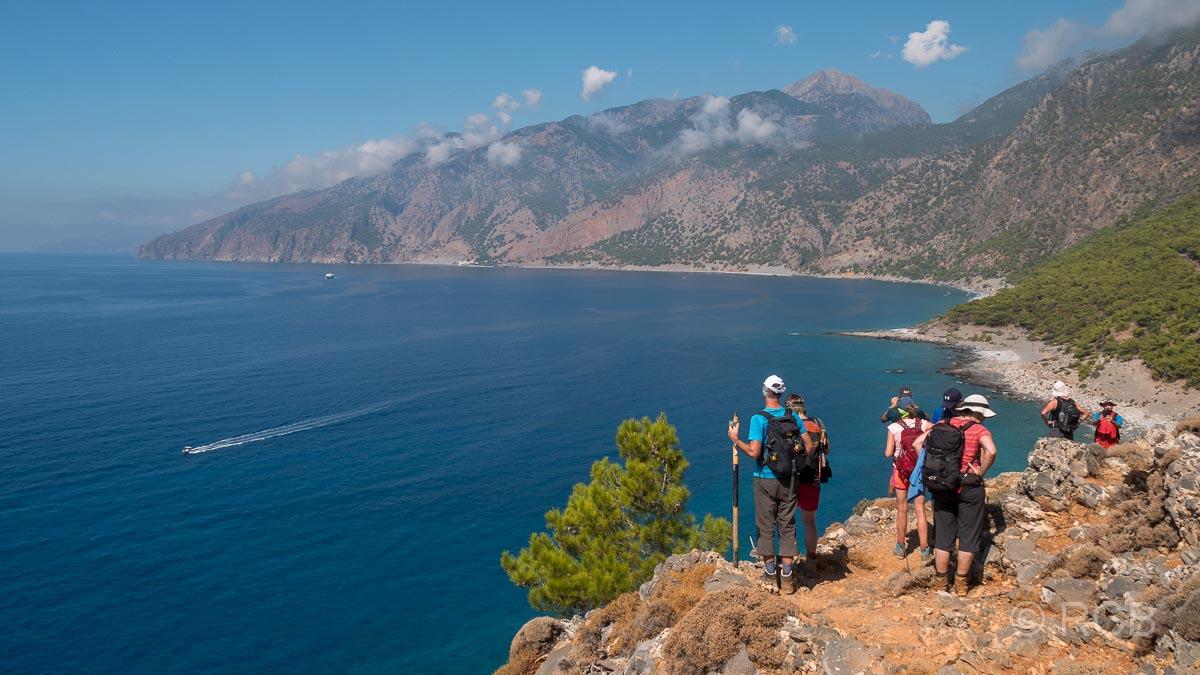 Blick über den Agios Pavlos-Strand bis Agia Roumeli, Wanderer im Vordergrund