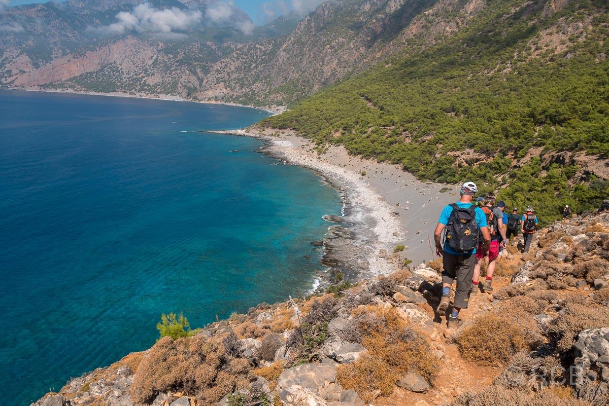 Wanderer beim Abstieg zum Agios Pavlos-Strand