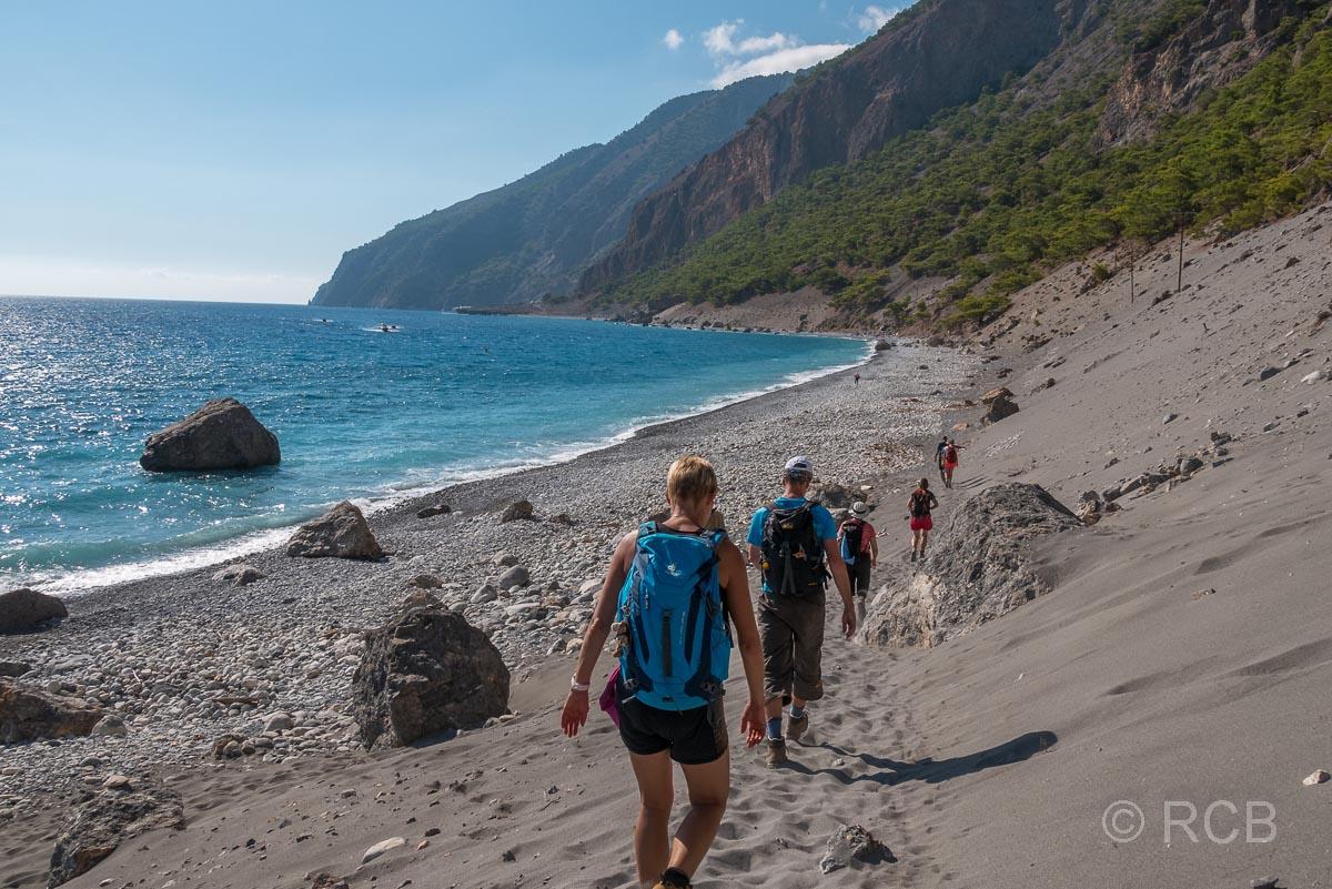 Wanderer am Strand bei Agia Roumeli