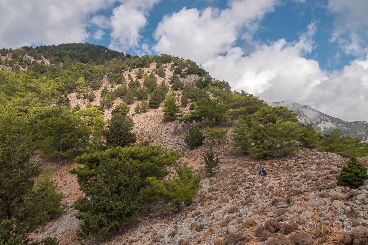 Wanderer gehen querfeldein beim Aufstieg zum Papouras