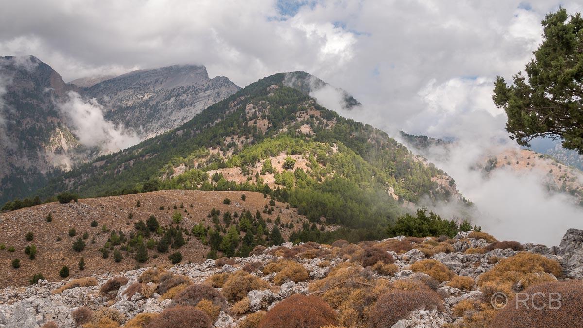 Ausblick vom Gipfel des Papouras auf wolkenverhangene Gipfel drumherum