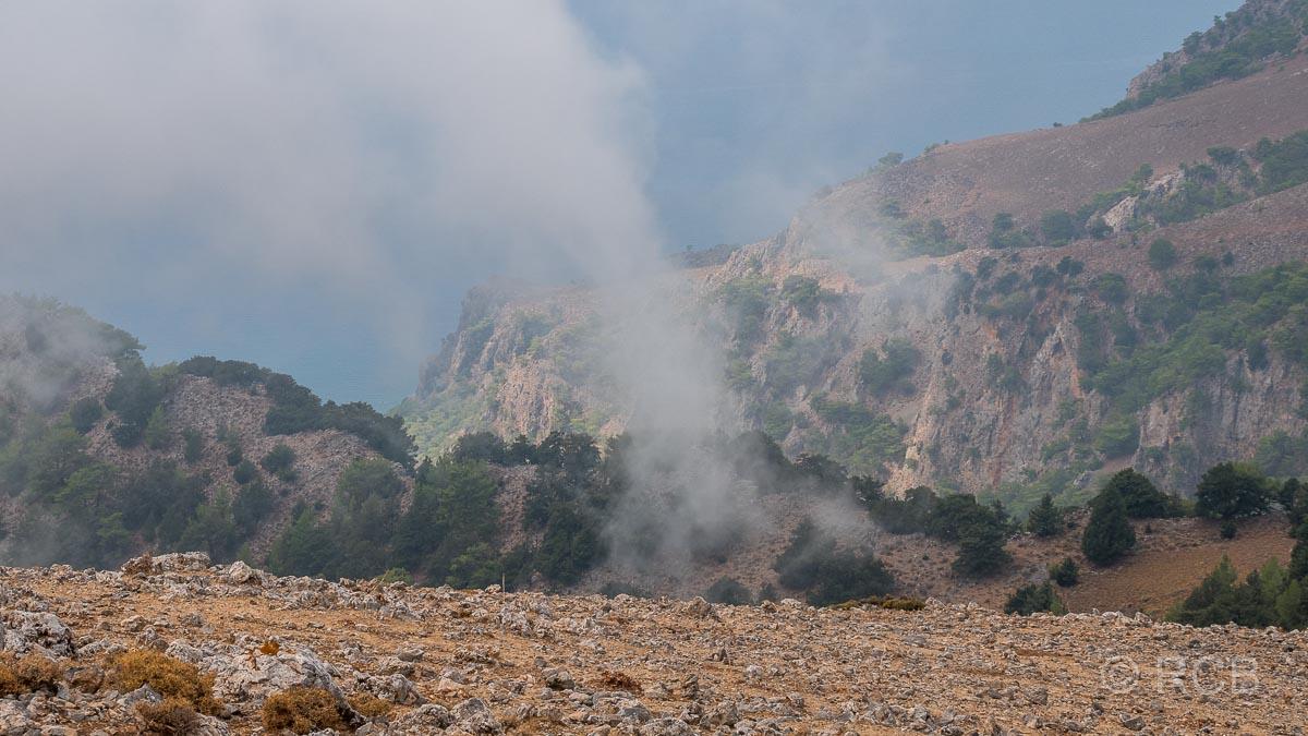 Ausblick vom Gipfel des Papouras zum Meer mit Wolken