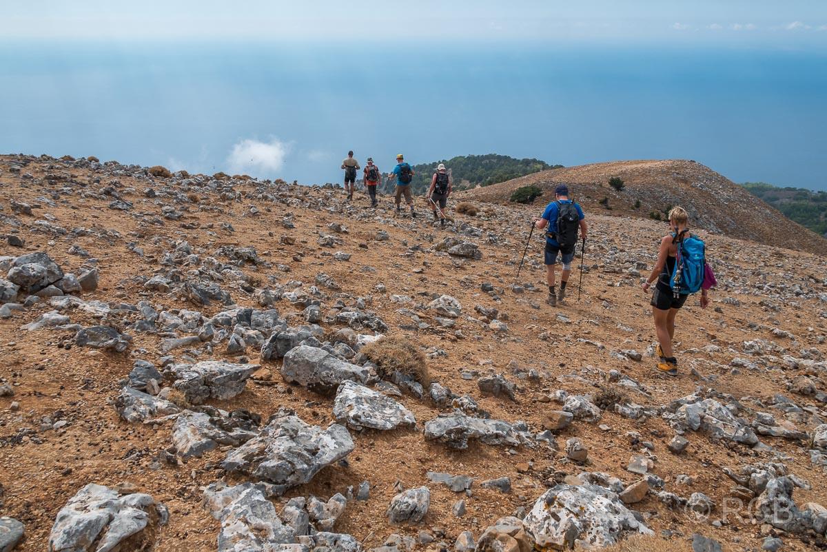 Wanderer beim Abstieg vom Gipfel des Papouras
