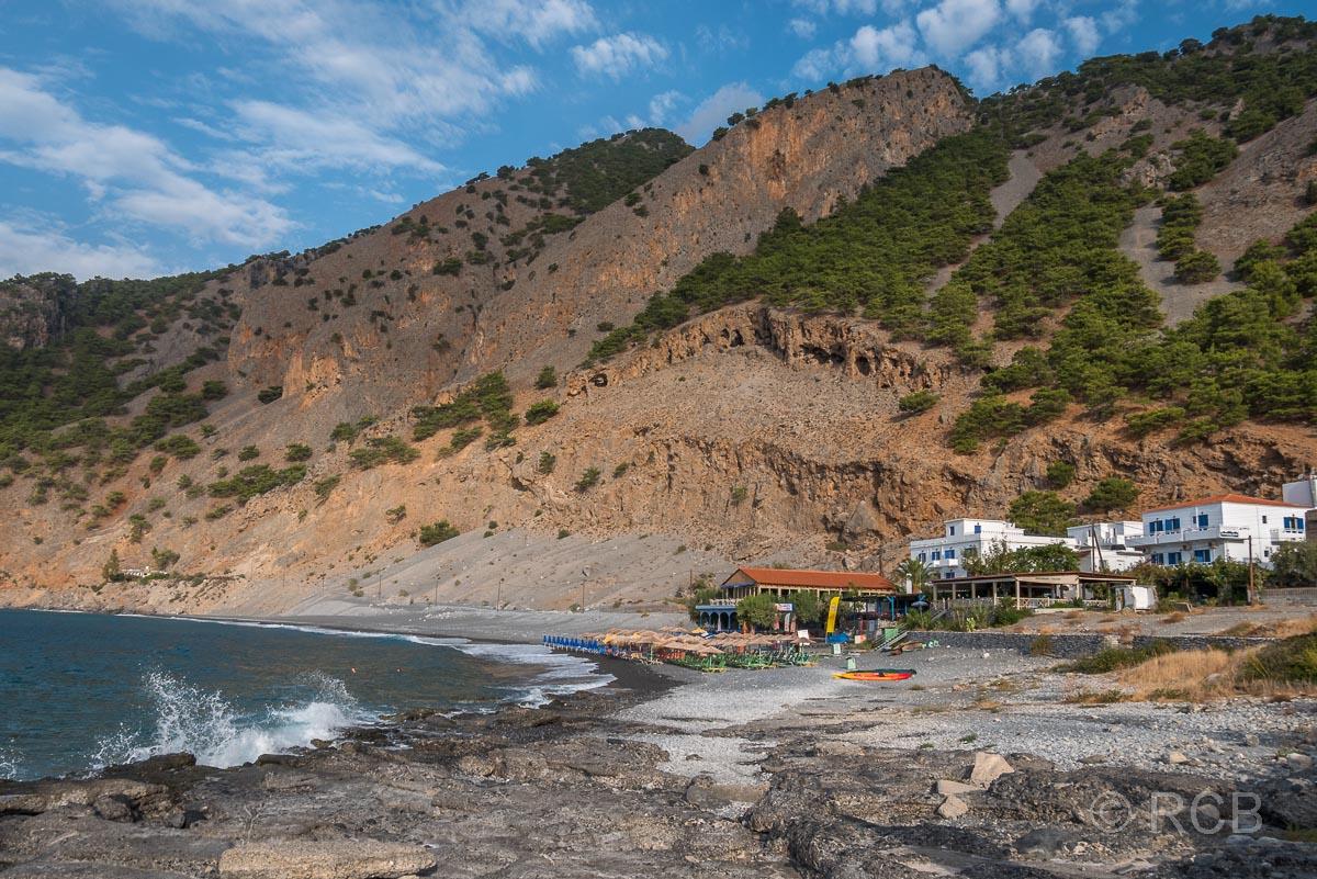 Hotel in Agia Roumeli am Strand mit brechenden Wellen