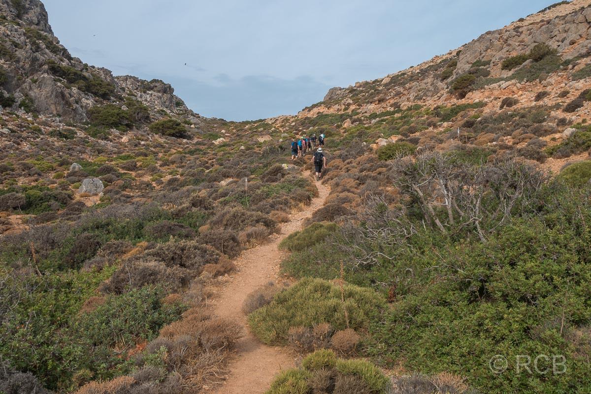 Wanderer im Aufstieg auf dem E4 hinter dem Krios-Strand