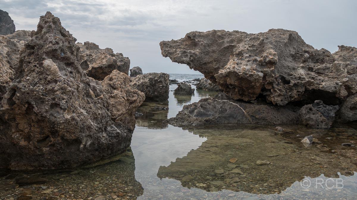 Felsen im Wasser am Wanderweg E4