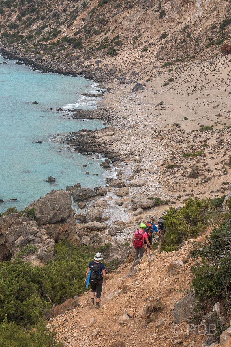 Wanderer beim Abstieg zum Strand der Ziegen