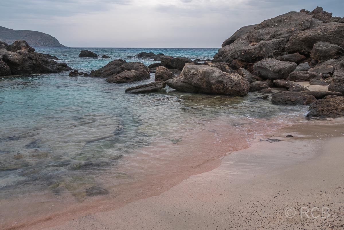 Badebucht mit rotem Sand am E4 vor dem Elafonisi-Strand