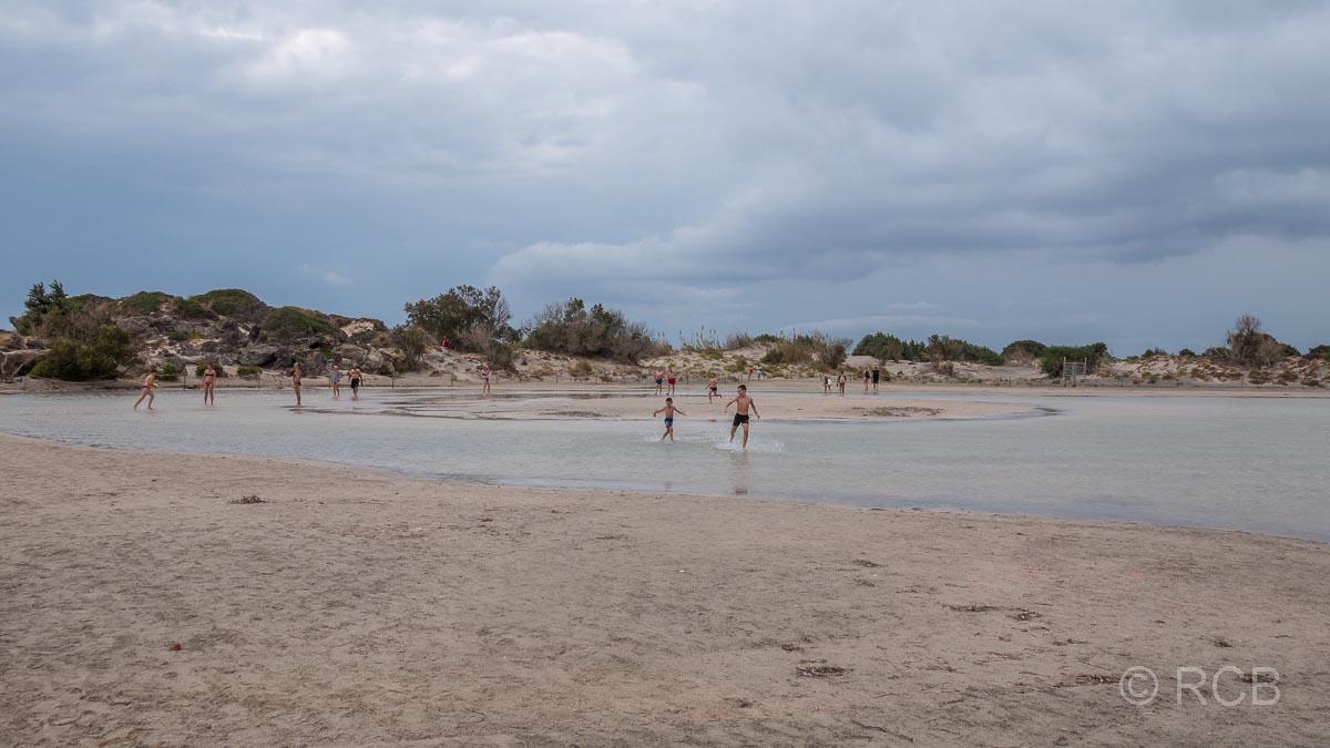 Kinder spielen in einer Lagune am Elafonisi-Strand