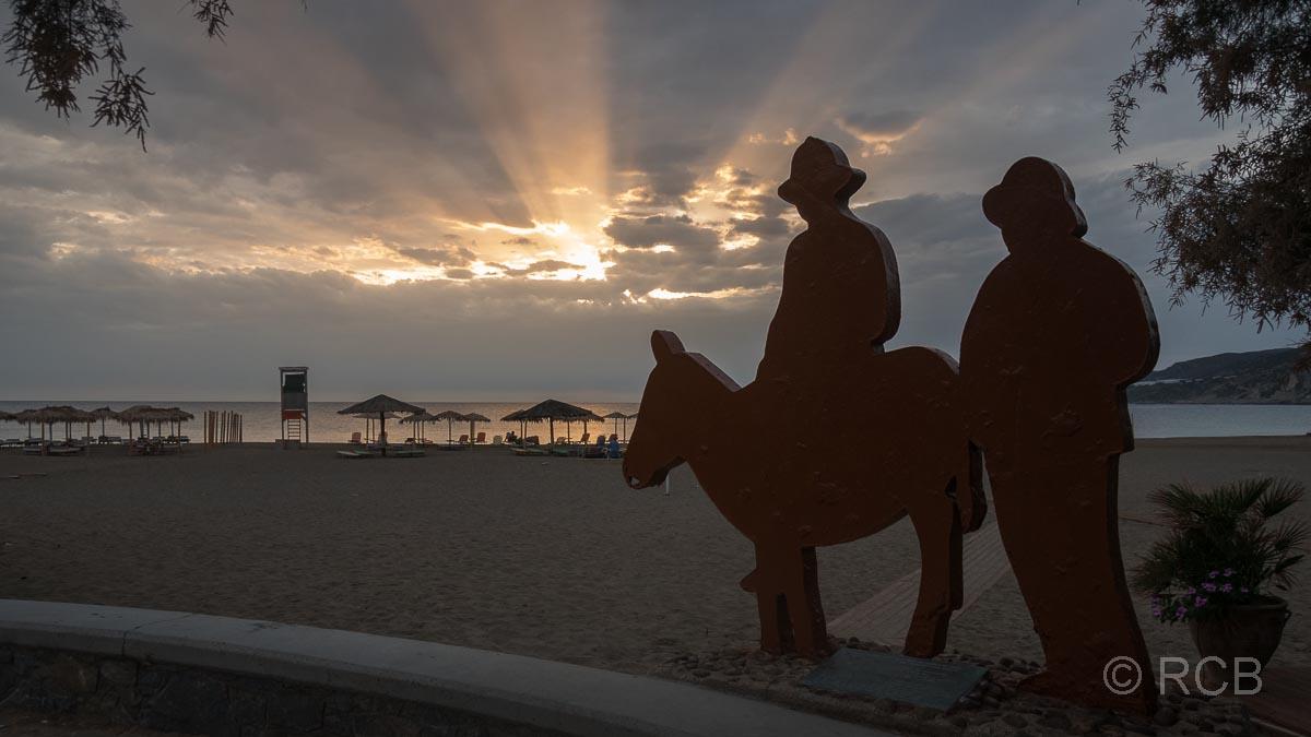 """Denkmal """"The Traveller"""" am Strand von Paleochora beim Sonnenuntergang"""