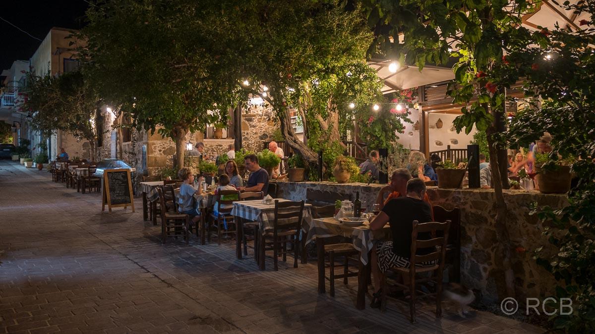 Fußgängerzone mit Lokalen abends in der Altstadt von Paleochora