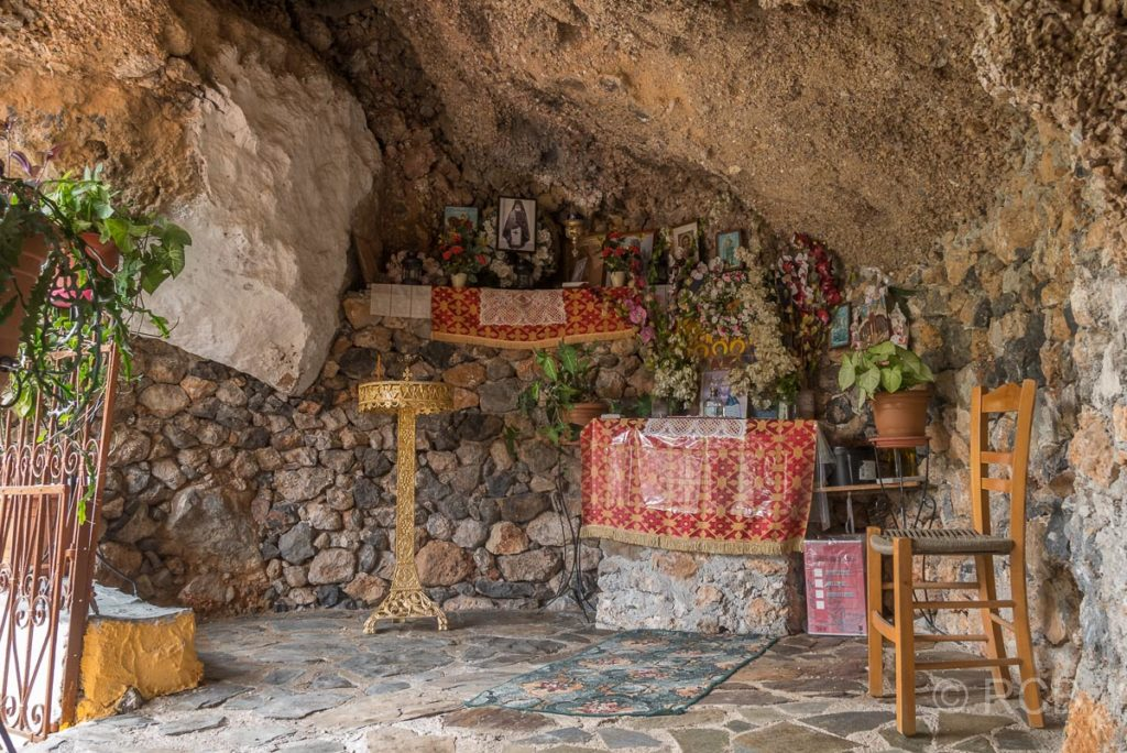 Azogyres, Altar in einer Felsnische im Kloster der 99 Väter