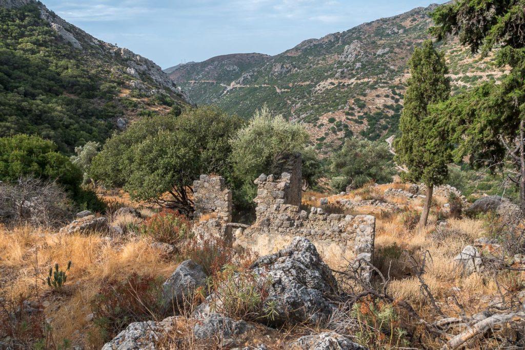 Ruine eines Hauses auf dem Weg von Azogyres nach Anidri