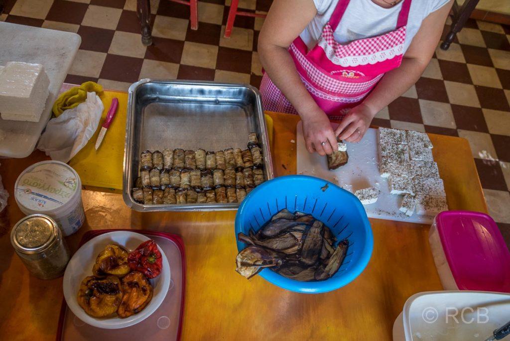 """Frau bei der Zubereitung leckerer Speisen im Gasthaus """"Altes Schulhaus"""" in Anidri"""