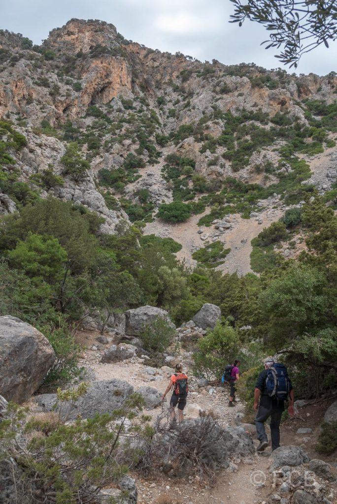 Wanderer beim Abstieg durch die Anidri-Schlucht