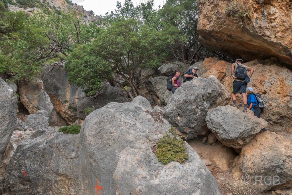 Wanderer klettern über Felsen in der Anidri-Schlucht