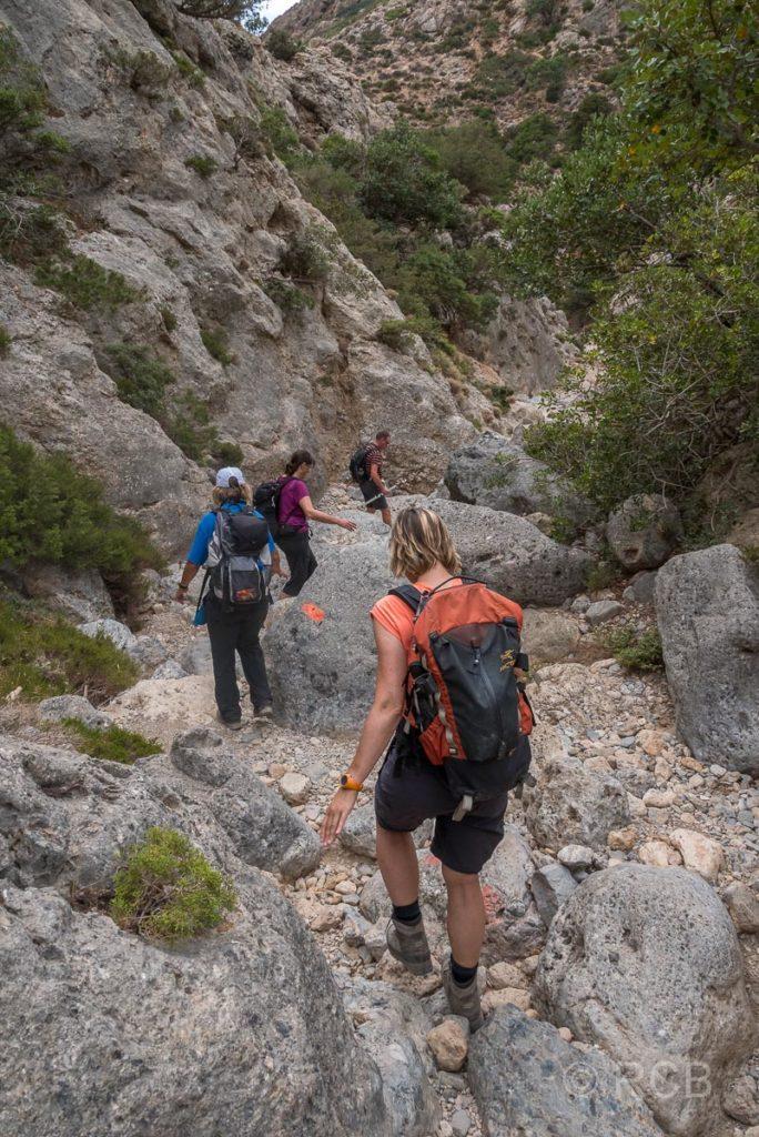 Wanderer beim Abstieg in der Anidri-Schlucht