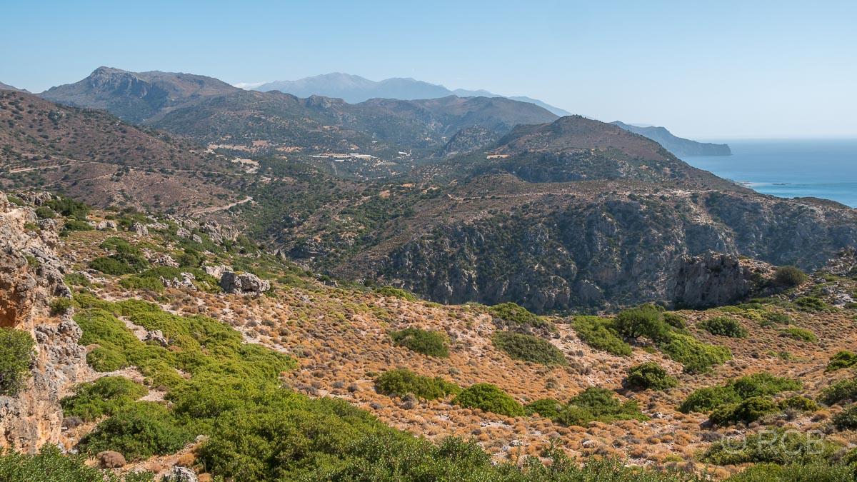 Blick Richtung Osten vom Hügel oberhalb von Paleochora aus über Berge und zum Meer
